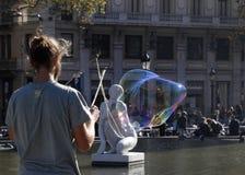 Hombre que hace burbujas de jabón Foto de archivo libre de regalías