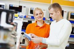 Hombre que hace compras en casa supermercado del dispositivo Fotografía de archivo