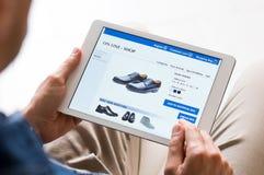 Hombre que hace compras en línea fotos de archivo libres de regalías