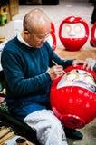 Hombre que hace Daruma en el taller de Daruma Fotos de archivo libres de regalías