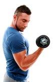 Hombre que hace ejercicios con pesa de gimnasia Imagen de archivo libre de regalías