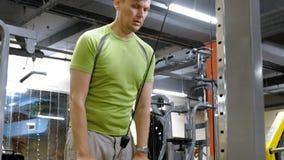 Hombre que hace ejercicios del tr?ceps en el gimnasio almacen de video