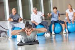 Hombre que hace ejercicios posteriores en gimnasia Fotos de archivo