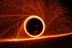 Hombre que hace el círculo del fuego Imagenes de archivo