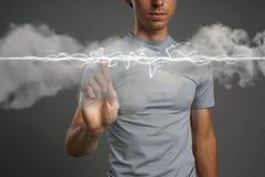 Hombre que hace el efecto mágico - relámpago de destello El concepto de electricidad, alta energía Fotografía de archivo libre de regalías