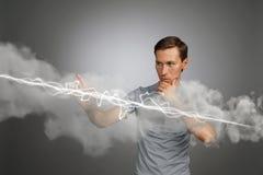 Hombre que hace el efecto mágico - relámpago de destello El concepto de electricidad, alta energía Imágenes de archivo libres de regalías