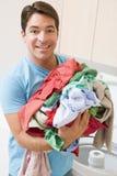 Hombre que hace el lavadero fotos de archivo