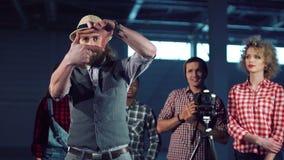 Hombre que hace el marco con los dedos almacen de metraje de vídeo
