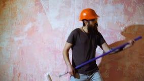 Hombre que hace el trabajo de renovación en casa almacen de metraje de vídeo