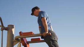 Hombre que hace entrenamiento durante la rotura del trabajo metrajes