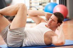 Hombre que hace estirando ejercicios Imagenes de archivo