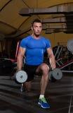 Hombre que hace estocadas de la pesa de gimnasia Foto de archivo libre de regalías