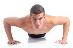 Hombre que hace flexiones de brazos Fotografía de archivo libre de regalías