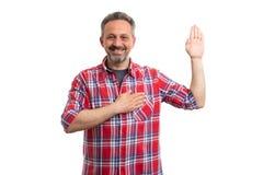 Hombre que hace gesto del juramento foto de archivo libre de regalías
