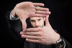 Hombre que hace gesto que enmarca del foco Foto de archivo libre de regalías