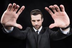 Hombre que hace gesto que enmarca del foco Foto de archivo