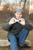 Hombre que hace la foto con el teléfono móvil Foto de archivo libre de regalías