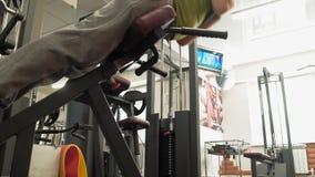 Hombre que hace la hiperextensi?n en el gimnasio almacen de video