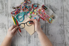 Hombre que hace la joyería hecha a mano Cajas con las gotas, accesorios para n Foto de archivo libre de regalías
