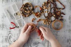 Hombre que hace la joyería hecha a mano Cajas con las gotas, accesorios para n Fotos de archivo libres de regalías