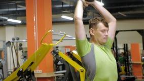 Hombre que hace la prensa de banco con pesas de gimnasia en estudio de la aptitud almacen de video