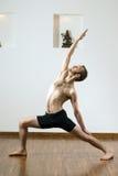 Hombre que hace la yoga - vertical Foto de archivo