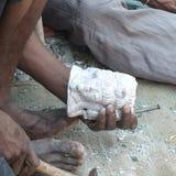 Hombre que hace las estatuas de Buda en el mercado Fotografía de archivo