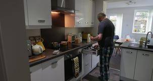 Hombre que hace las gachas de avena en casa metrajes