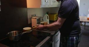 Hombre que hace las gachas de avena en casa almacen de video