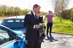 Hombre que hace llamada de teléfono después de accidente de tráfico Fotos de archivo