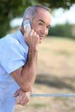 Hombre que hace llamada telefónica Imagenes de archivo