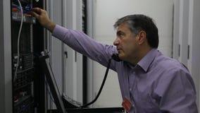Hombre que hace mantenimiento mientras que llama almacen de video