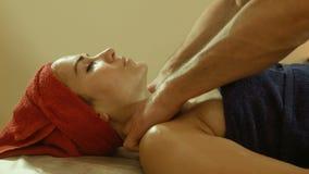 Hombre que hace masaje en salón del balneario almacen de video