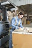 Hombre que hace notas en Warehouse imágenes de archivo libres de regalías