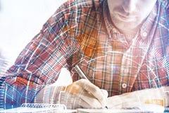 Hombre que hace papeleo Fotografía de archivo libre de regalías
