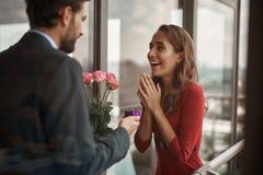 Hombre que hace propuesta de matrimonio a la mujer al aire libre foto de archivo libre de regalías