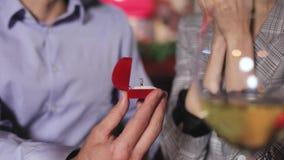 Hombre que hace propuesta de matrimonio a la mujer en primer del restaurante almacen de video