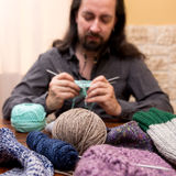 Hombre que hace punto con la porción de lanas Foto de archivo