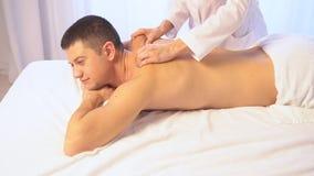 Hombre que hace salud del balneario del masaje almacen de video