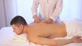 Hombre que hace salud del balneario del masaje metrajes
