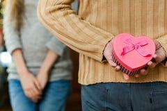 Hombre que hace sorpresa a su esposa el día del ` s de la tarjeta del día de San Valentín Foto de archivo