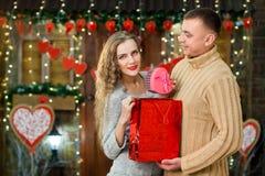 Hombre que hace sorpresa a su muchacha el día del ` s de la tarjeta del día de San Valentín Imagen de archivo