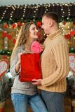 Hombre que hace sorpresa a su mujer el día del ` s de la tarjeta del día de San Valentín Fotos de archivo
