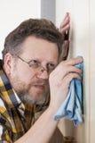 Hombre que hace tareas de hogar Imágenes de archivo libres de regalías