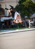 Hombre que hace trucos acrobáticos en calle de la ciudad Imagenes de archivo