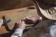 Hombre que hace un cigarro Imágenes de archivo libres de regalías