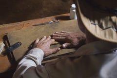 Hombre que hace un cigarro Imagenes de archivo