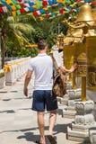 Hombre que hace un deseo en el templo de China Imagenes de archivo