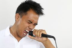Hombre que hace un Karaoke Imagenes de archivo
