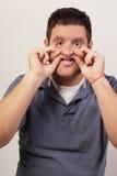 Hombre que hace una cara estúpida Imágenes de archivo libres de regalías